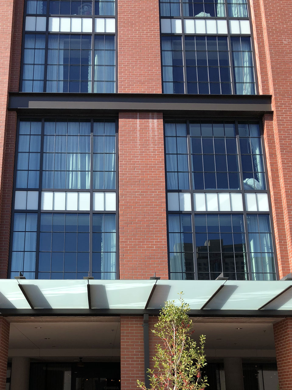 Aluminum curtain walls new orleans glass company new for Wall to wall curtain